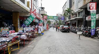 Suasana tenant-tenant yang ada di Pasar Baru, Jakarta, Rabu (5/4/2021). Memasuki minggu terakhir bulan Ramadhan 2021, Pasar Baru tampak sepi pengunjung. (Liputan6.com/Faizal Fanani)