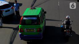 Angkutan Kota melintasi Jalan Raya Pajajaran, Bogor, Jawa Barat, Senin(2/3/2020). Pemerintah Kota Bogor akan mengurangi unit angkot dari 1.270 unit menjadi 635 unit angkot di bogor. (merdeka.com/magang/Muhammad Fayyadh)