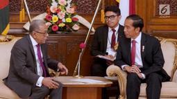 Presiden Joko Widodo berbincang dengan Presiden Bangladesh Abdul Hamid di Credential Hall, (27/1). Jokowi menyatakan Indonesia siap mendukung Bangladesh mencapai target keluar dari kelompok LDCs 2024 mendatang. (Liputan6.com/Pool/Rusman Biro Pers Setpres)