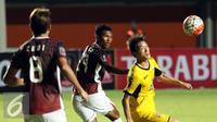 Penyerang Mitra Kukar, Oh Inkyun (kanan) berebut bola dengan pemain Persegres GU saat turnamen Piala Presiden 2017 di Stadion Maguwoharjo, Sleman, Sabtu (4/2). Laga ini dimenangkan Mitra Kukar dengan skor 1-0. (Liputan6.com/Helmi Fithriansyah)