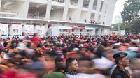 Suporter Persija Jakarta, The Jakmania, yang tidak memiliki tiket berusaha masuk area ring SUGBK dihadang pihak keamanan di Plaza Timur Senayan, Jakarta, Minggu (9/12). Persija melakoni laga penentuan juara melawan Mitra Kukar. (Bola.com/Peksi Cahyo)