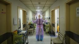 Petugas medis melakukan peregangan di rumah sakit Palang Merah di Wuhan pada 28 Februari 2020. Virus corona baru, Covid-19, telah mewabah hingga ke lebih dari 60 negara dimana dari kasus-kasus infeksi, ada lebih dari 3.000 kematian yang terjadi.  (STR/AFP)