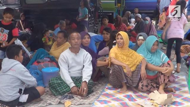 Khawatir terjadinya gempa susulan warga kecamatan Narmada Lombok Barat memilih tidur di tenda pengungsian