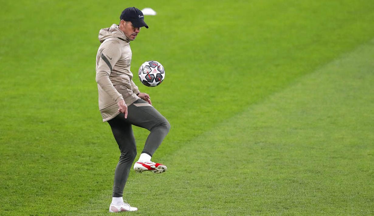 Pelatih Atletico Madrid, Diego Simeone, melakukan aksi dengan bola saat sesi latihan jelang laga babak 16 besar Liga Champions di The National Arena, Rumania, Senin (22/2/2021). Wakil Spanyol itu akan berhadapan dengan Chelsea. (AP Photo/Vadim Ghirda)