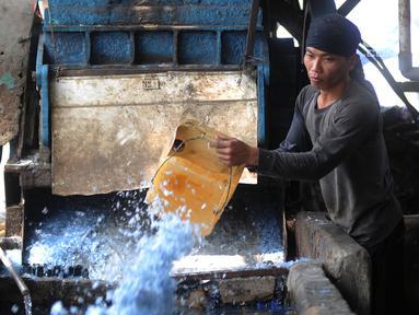 Aktivitas pekerja di pabrik pengolahan sampah plastik kawasan Kapuk, Cengkareng, Jakarta, Selasa (17/9/2019). Rata-rata sampah plastik yang diolah di tempat ini mencapai 1,5 ton per hari. (merdeka.com/Arie Basuki)