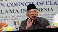 Ketua Umum MUI Pusat, Maruf Amin memberi keterangan terkait polemik ucapan Gubernur DKI Jakarta, Basuki Tjahaja Purnama di Jakarta, Kamis (13/10). Ia meminta masyarakat tetap tenang menyikapi hal tersebut. (Liputan6.com/Helmi Fithriansyah)