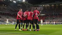 Pemain Manchester United Edinson Cavani merayakan bersama rekan setimnya usai mencetak gol ke gawang AS Roma pada leg pertama semifinal Liga Europa di Old Trafford, Manchester, Inggris, Kamis (29/4/2021). Manchester United menang 6-2. (AP Photo/Jon Super)