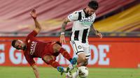 Bek AS Roma, Bruno Peres berusaha merebut bola yang dibawa pemain Udinese, Rodrigo De Paul pada pertandingan lanjutan Liga Serie A Italia di stadion Olimpiade Roma, Italia (2/7/2020). Roma takluk 0-2 atas Udinese. (AP Photo/Riccardo de Luca)