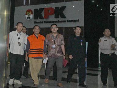 Tersangka Bupati Purbalingga, Tasdi kenakan rompi oranye usai pemeriksaan di Gedung KPK, Jakarta, Selasa (5/6). KPK menetapkan Bupati Tasdi sebagai tersangka kasus dugaan suap pembangunan Purbalingga Islamic Center. (Liputan6.com/Herman Zakharia)