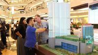 Calon pembeli sedang mengamati maket Eastern Wing Embarcadero Park di Lippo Mall Kemang, Jakarta Selatan