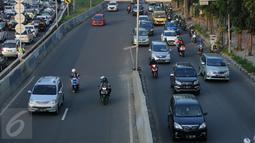 Pengendara motor masuk ke ruas Jalan Layang Non Tol Kampung Melayu arah Tanah Abang, Jakarta, Kamis (28/7). Meski sudah dipasang rambu dilarang melintas, pengendara motor nekat melintasi JLNT Kampung Melayu-Tanah Abang (Liputan6.com/Helmi Fithriansyah)