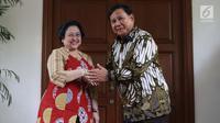 Ketua Umum PDIP, Megawati Soekarnoputri (kiri) bersalaman dengan Ketua Umum Partai Gerindra, Prabowo Subianto usai melakukan pertemuan dan makan siang bersama di kediaman Megawati di Jalan Teuku Umar, Jakarta, Rabu (24/7/2019). (Liputan6.com/Helmi Fithriansyah)