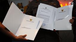 Laporan temuan maladministrasi dalam kasus Novel Baswedan ditunjukkan di Kantor Ombudsman, Jakarta, Kamis (6/12). Ombudsman menemukan maladministrasi dalam proses penyidikan terkait penyiraman air keras terhadap Novel Baswedan. (Liputan6.com/JohanTallo)