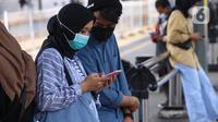 Warga tengah menggunakan smartphone di Jakarta, Senin (11/1/2021). Menurut Perusahan Pasar riset IDC ada pertumbuhan penggunaan smartphone sebesar 49 persen dibanding kuartal sebelumnya, dan 21 persen dari periode yang sama tahun lalu. (Liputan6.com/Angga Yuniar)