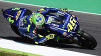 Pebalap Movistar Yamaha, Valentino Rossi, memakai helm edisi spesial pada sesi latihan bebas keempat MotoGP Italia di Sirkuit Mugello, Sabtu (3/6/2017). (Bola.com/Twitter/Michelin_Sport)