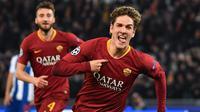 Perayaan gol pertama Nicolo Zaniolo pada leg 1, 16 besar Liga Champions yang berlangsung di stadion Olimpico, Roma, Rabu (13/2). AS Roma menang 2-1 atas FC Porto. (AFP/Andreas Solaro)