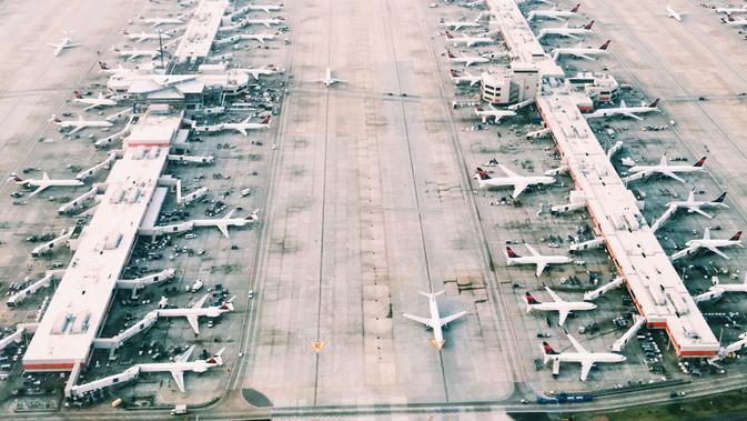 Ilustrasi pesawat terbang. (dok. unsplash/@skyler_tv)