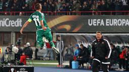 Selebrasi kapten Rapid, Steffen Hofmann, usai mencetak gol ke gawang Viktoria Plzen di babak pertama. Jumat (23/10/2015) dini hari WIB. (Bola.com/Reza Khomaini)