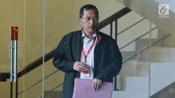 Wakil Wali Kota Banjarmasin, Hermansyah berjalan keluar Gedung KPK, Jakarta, Jumat (15/12). Hermansyah diperiksa sebagai saksi terkait persetujuan perda penambahan modal PDAM Bandarmasih Kota Banjarmasin 2017. (Liputan6.com/Helmi Fithriansyah)