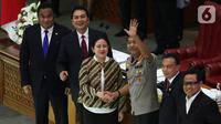 Ketua DPR RI Puan Maharani (ketiga kiri) menyalami Komjen Pol Idham Azis usai ditetapkan sebagai Kapolri dalam rapat paripurna di Kompleks Parlemen, Jakarta,  Kamis (31/10/2019). DPR menyetujui Idham Aziz menjadi Kapolri menggantikan Jenderal Polisi (Purn) Tito Karnavian. (Liputan6.com/JohanTallo)