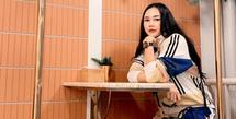 Setelah bercerai dengan suaminya, Eryck Amaral, penyanyi Aura Kasih masih terlihat sendiri. Terlebih, gugatan cerai yang diajukannya ke Pengadilan Agama belum mendapat putusan. (Instagram/aurakasih)