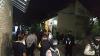Tim Densus 88 dan Puslabfor Mabes Polri kembali melakukan penggeledahan dan penyisiran di rumah terduga teroris Cirebon. Foto (Liputa6.com / Panji Prayitno)