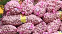 Pekerja mengangkut bawang putih dari truk untuk dijual di Pasar Induk Kramat Jati, Jakarta, Selasa (2/4/2019). Sejumlah pedagang di Pasar Induk Kramat Jati mengaku harga bawang merah dan bawang putih relatif stabil, meskipun terjadi kenaikan harga di beberapa daerah. (Liputan6.com/Immanuel Antonius)