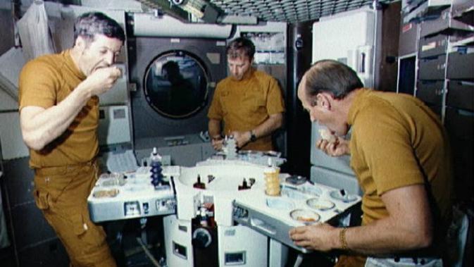 Astronaut awak Skylab 2 NASA makan di angkasa luar (sumber: NASA via The Vintage News)