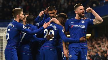 Perayaan gol pertama Chelsea yang dicetak Olivier Giroud pada laga lanjutan Premier League yang berlangsung di Stadion Stamford Bridge, London, Kamis (4/4). Chelsea menang 3-0 atas Brighton Albion. (AFP/Glyn Kirk)