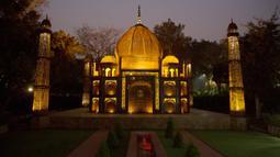 Replika Taj Mahal terlihat di sebuah taman umum di New Delhi, India, 4 Februari 2020. Barang-barang bekas seperti besi batangan, suku cadang mobil, dan pipa dimanfaatkan untuk membuat tujuh keajaiban dunia yang ikonis di taman umum itu yang sukses menarik banyak pengunjung. (Xinhua/Javed Dar)