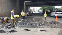 Jalan rusak di Kota Tangerang diperbaiki. (Pramita/Liputan6.com)