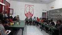 Perwakilan suporter klub 8 besar Piala Presiden 2018 berkumpul di Balai Persis untuk berkoordinasi. (Bola.com/Ronald Seger)