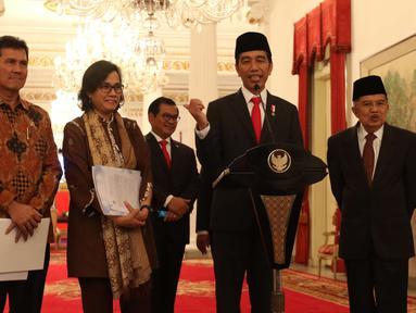 Presiden Joko Widodo atau Jokowi didampingi Wapres Jusuf Kalla, Menkeu Sri Mulyani, MenPANRB Asman Abnur, dan Seskab Pramono Anung saat memberi keterangan terkait THR di Istana Negara, Jakarta, Rabu (23/5). (Liputan6.com/Angga Yuniar)