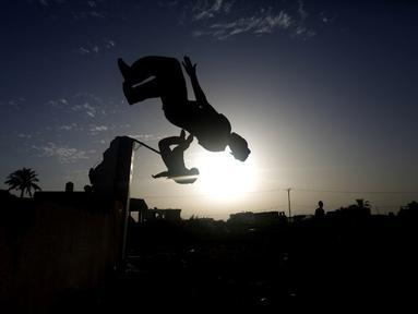Para remaja Palestina menyukai olahraga Parkour. Foto diambil pada Jumat (14/11/2014) (AFP Photo/Mohammed Abed)