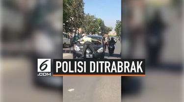 Aksi totalitas seorang polisi dalam menjalankan tugasnya perlu dihargai, seperti yang dilakukan polisi ini, ia rela ditabrak dan berada diatas mobil demi menghentikan mobil yang melanggar.