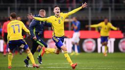Bek Swedia, Mikael Lustig, melakukan selebrasi usai menahan imbang Italia pada laga leg kedua playoff Piala Dunia 2018, di Stadion Giuseppe Meazza, Senin (13/11/2017). Italia bermain imbang 0-0 dengan Swedia. (AFP/Marco Bertorello)