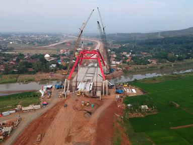 Foto udara pengerjaan Jembatan Kalikuto di Gringsing, Kabupaten Batang, Jawa Tengah, Senin (11/6). Menteri PUPR Basuki Hadimuljono mengatakan, jembatan pelengkung baja ini merupakan pertama di Indonesia. (Liputan6.com/Arya Manggala)
