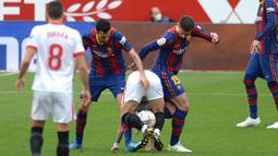 Sevilla dan Barcelona melakukan jual beli serangan di menit-menit awal laga. Kedua tim sama-sama gigih untuk segera buka keunggulan. (Foto: AFP/Cristina Quicler)