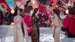 Pedangdut Dewi Perssik (kiri), Siti Badriah (kanan), dan  Zaskia Gotik (tengah) saat tampil dalam Indonesian Dangdut Awards 2018 di Jakarta, Jumat (12/10). Mereka membawakan lagu Bintang Pentas, Bara Bere, dan Tarik Selimut. (Faizal Fanani)