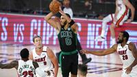 Pebasket Boston Celtics, Jayson Tatum, berusaha memberikan bola saat melawan Miami Heat pada gim pertama final Wilayah Timur playoff NBA di SPN World of Sports Complex, Selasa (15/9/2020). Heat menang dengan skor 117-114. (AP/Mark J. Terrill)