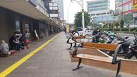 Pemerintah Provinsi DKI Jakarta merevitalisasi trotoar di Jalan Cikini Raya, Jakarta Pusat. (Liputan6/Fachrur Rozi)