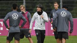 Pelatih Timnas Jerman, Joachim Loew, memimpin sesi latihan jelang laga UEFA Nations League di Stuttgart, Senin (31/8/2020). Jerman akan berhadapan dengan Spanyol. (AFP/Thomas Kienzle)
