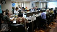 Suasana rapat koordinasi yang dipimpin Menteri Koordinator Bidang Maritim, Rizal Ramli, di Gedung BPPT, Jakarta, Kamis (21/1/2016). Rapat koordinasi tersebut membahas pangan dan kemiskinan. (Liputan6.com/Faizal Fanani)