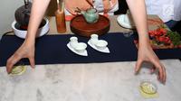 Tea Master, Suwarni Widjaja saat upacara penyeduhan teh atau Kungfu Cha di Kopi Oey, Jakarta, Senin (24/9). Upacara penyeduhan teh ini berasal dari negeri China. (Liputan6.com/Fery Pradolo)