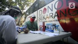 Petugas Palang Merah Indonesia (PMI) memeriksa kondisi pendonor dekat mobil donor darah keliling, Tangerang Selatan, Banten, Jumat (17/7/2020). PMI mengintensifkan pengoperasian mobil donor darah keliling untuk memenuhi persediaan stok darah saat pandemi COVID-19. (merdeka.com/Dwi Narwoko)