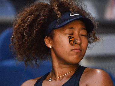 Seekor kupu-kupu sempat hinggap di hidung Naomi Osaka saat berlaga di babak ketiga Australia Open 2021. (Foto: AFP/Paul Crock)