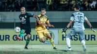 Duel Barito Putera vs Bhayangkara FC di Stadion Demang Lehman, Martapura, Sabtu (28/9/2019). (Bola.com/Dok. Persebaya)