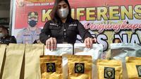 Satnarkoba Polresta Bogor Kota mengungkap produksi tembakau gorila di daerah Bogor, Jawa Barat. Polisi mengamankan tiga orang tersangka dalam penggerebekan itu. (Liputan6.com/Achmad Sudarno)