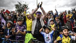 Masyarakat Zipaquira, Cundinamarca di Kolombia menyaksikan kehebatan Egan Bernal pebalap Kolombia berusia 22 tahun yang berhasil menjadi orang Kolombia pertama yang menjuarai Tour de France selama 110 tahun. (AFP/Juan Barreto)