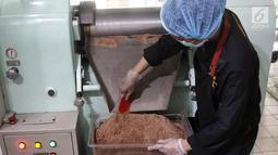 Pekerja mengaduk biji kakao yang sudah digiling di toko Pipiltin Cocoa kawasan Barito, Jakarta, Kamis (13/9). Pipiltin Cocoa memproduksi cokelat dengan biji kako asli Indonesia. (Liputan6.com/Herman Zakharia)
